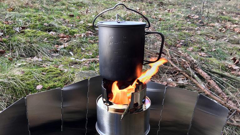 Kaffee kochen über dem Holzfeuer. Foto: Chris Bergau/bergau-media.com