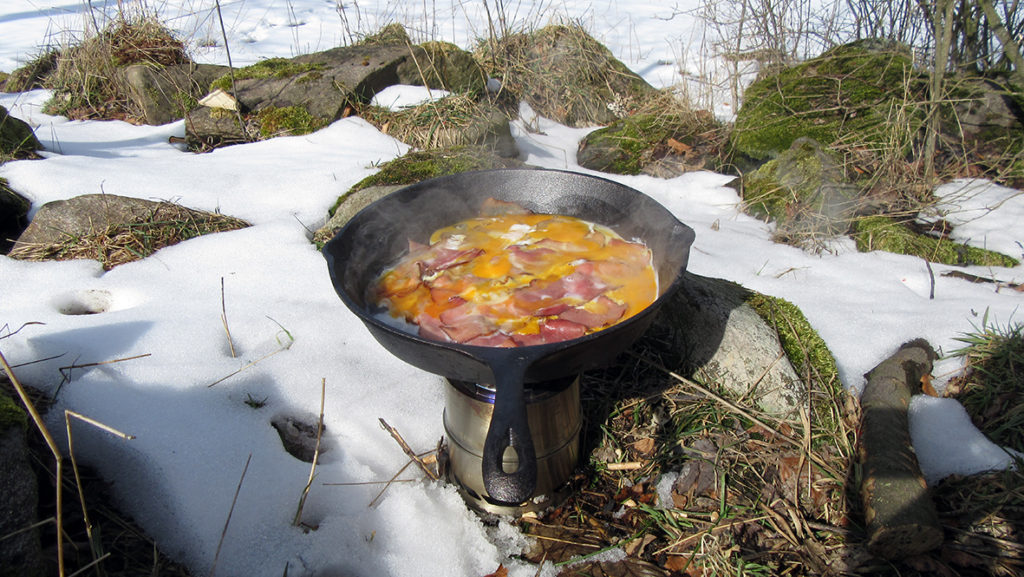 Gebratener Schinken und Spiegelei, in der Gusseisenpfanne ein Hochgenuss. Foto: Chris Bergau/bergau-media.com