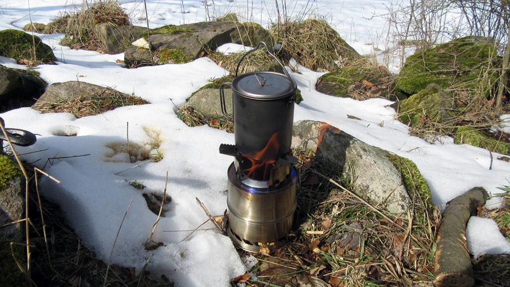 Wasser kochen für einen Kaffee auf dem Holzofen. Foto: Chris Bergau/bergau-media.com